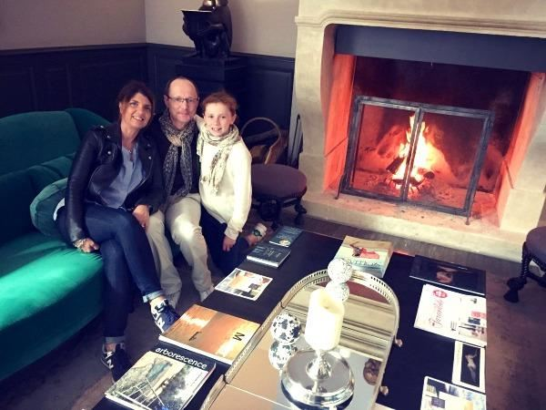 Domaine de Manville - The whole family by the fireplace