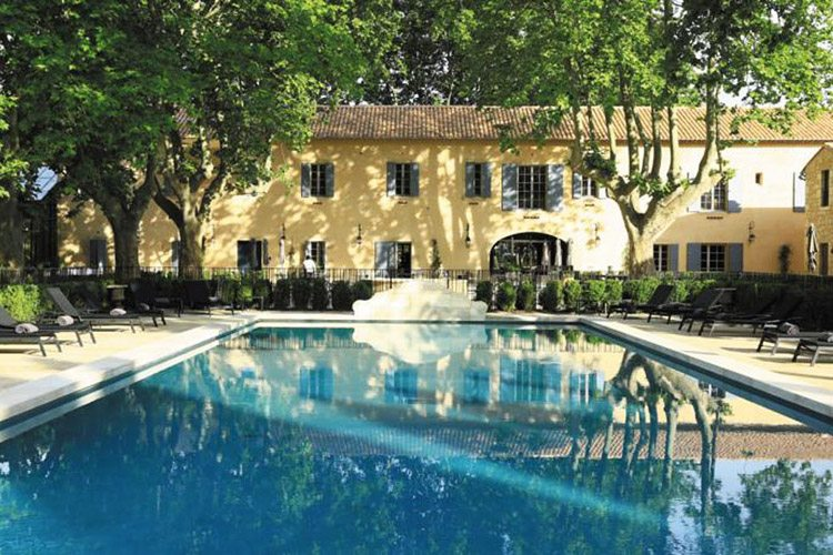 Domaine-de-Manville-exterior view with the swimming pool