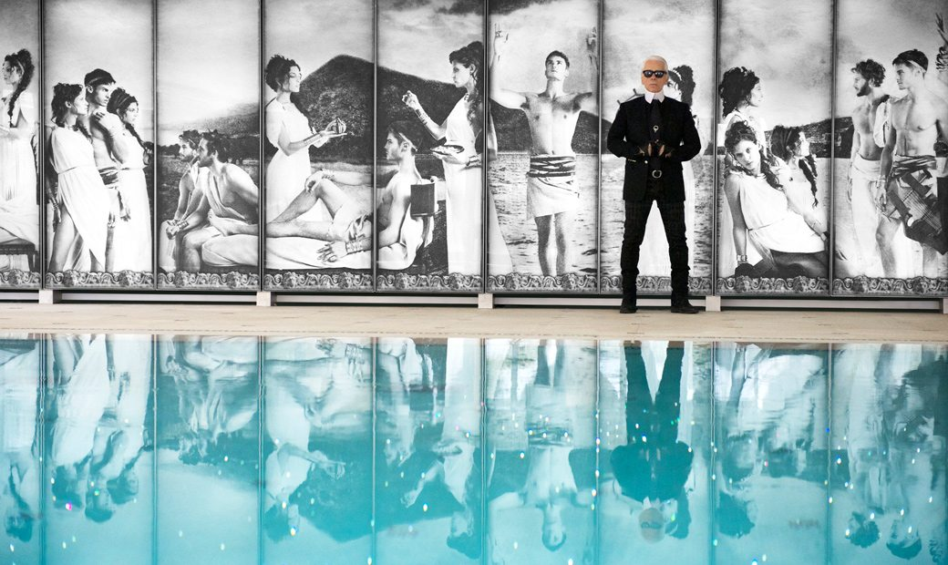 Metropole-Monte-Carlo-Karl lagerfeld next to the swimming pool