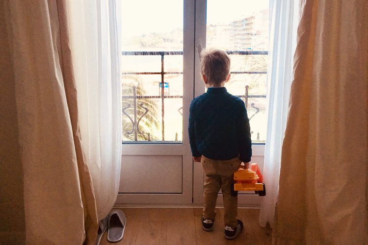 Grand Hotel St Jean de Luz - Kids looking by the window of the room