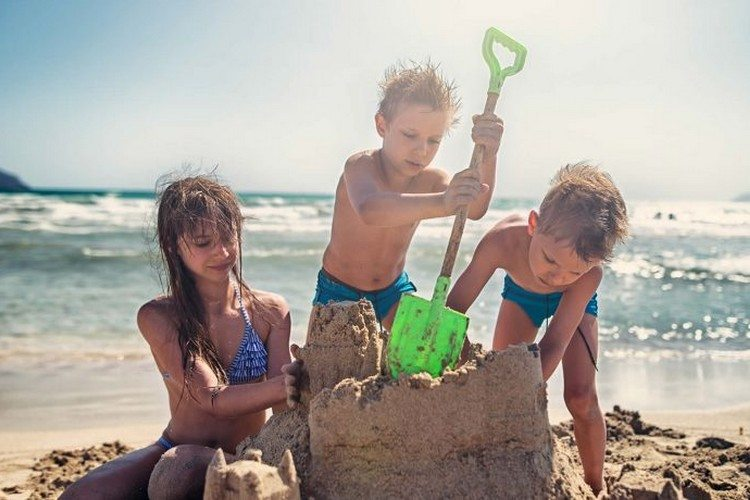 Kids building a sand castle at Grand Hôtel Thalasso & Spa