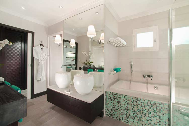 Lux Saint-Gilles-bathroom with shower and bath