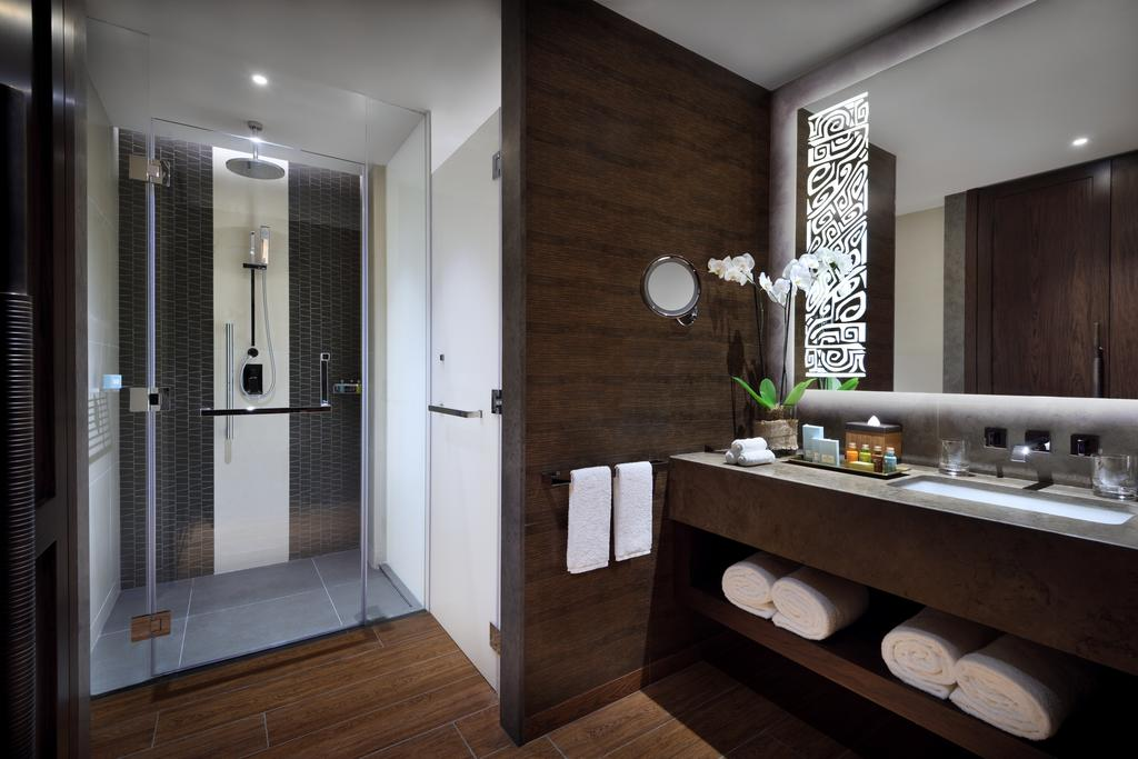 Elegantly bathroom with a shower and large vanity of the Villa at Lapita, Dubai Parks and Resorts ****