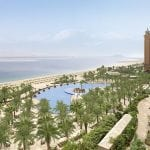 Atlantis The Palm Dubaï's pool surrounded with palm trees and the sea