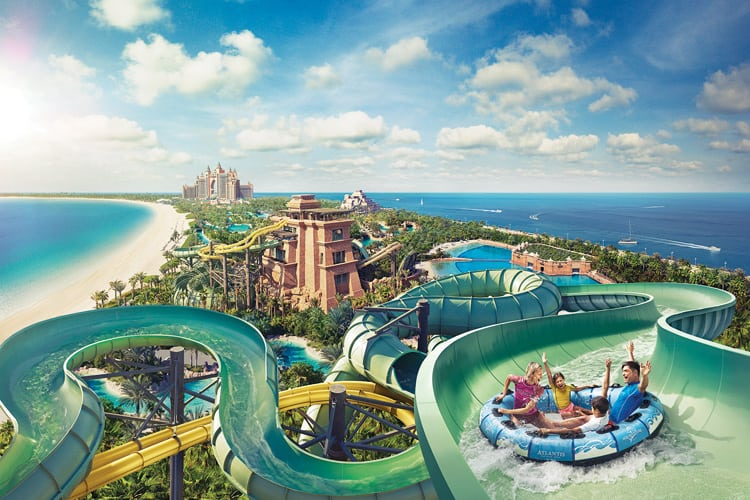 Atlantis The Palm Dubaï from the sky and people enjoying the waterslides