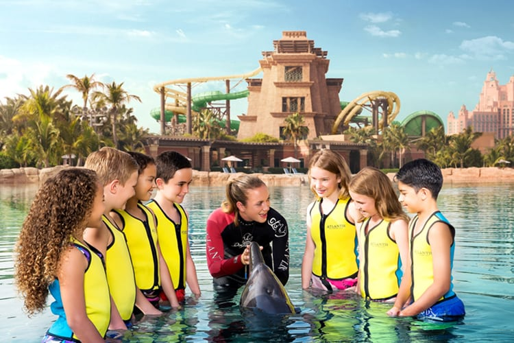 Kids learning everything about dolphins at Atlantis The Palm Dubaï