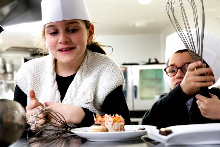 Cooking lesson at the Flamants Roses kids-club