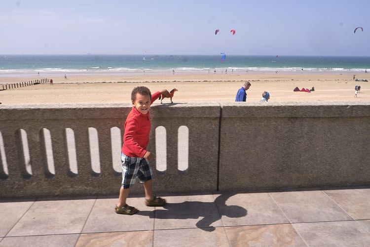 Kid enjoying Saint Malo beach