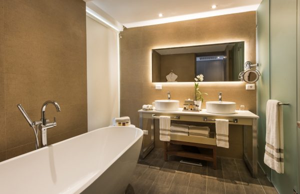 Bathroom with bathtub at Nickelodeon Hotels & Resorts Punta Cana