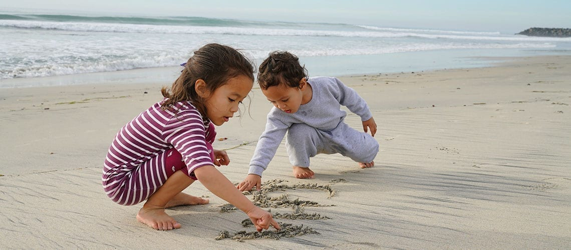 Toddlers playons on the beach