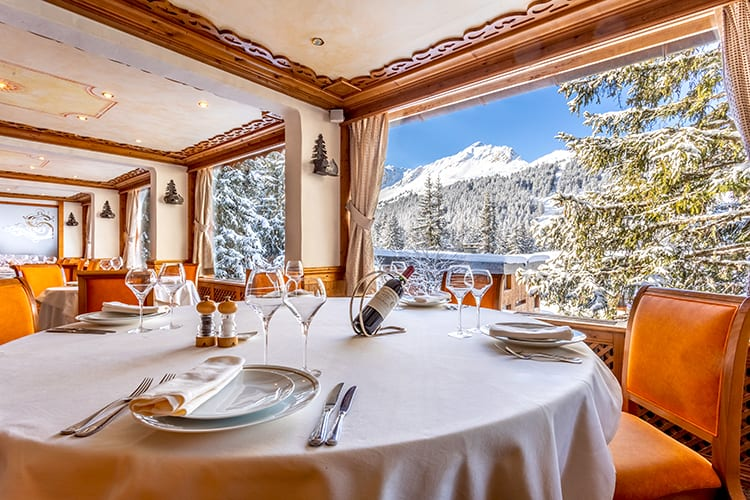 Les Sherpas restaurant with mountain view